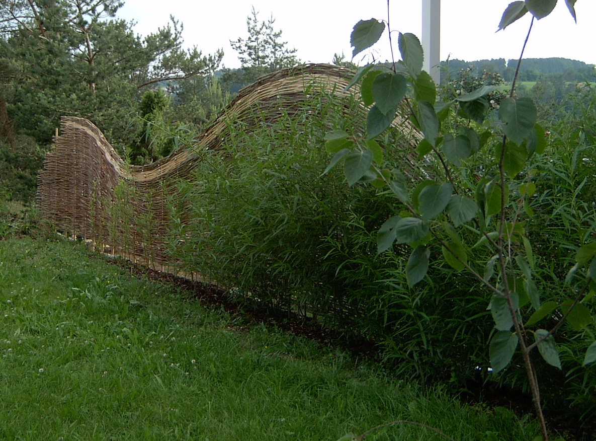 flechtzaun zur grunstuecksbegrenzung - weidenflechter der weidenzaun